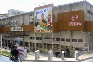 (資料写真)仮設店舗で営業を再開した第一牧志公設市場=那覇市