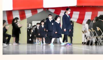 扉を開放した体育館で、マスク姿で入学式に臨む新入生ら=4月6日、福井県高浜町の高浜小学校