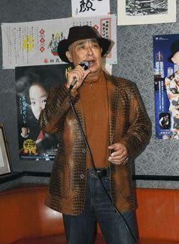熊本地震からの復興応援ソング「熊本ブルース」を歌う高宮城せいじさん=合志市