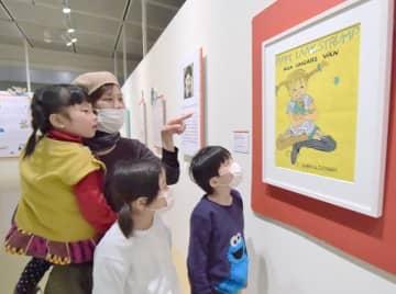 出版社のポスター用に描かれた原画を鑑賞する来場者=6日、鳥取市の県立博物館