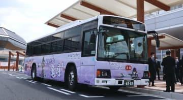 明智光秀のキャラクターをあしらった高速バス「みつひでライナー」(亀岡市追分町・JR亀岡駅北口)