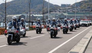 街頭活動に出発する白バイ隊員ら=長崎市