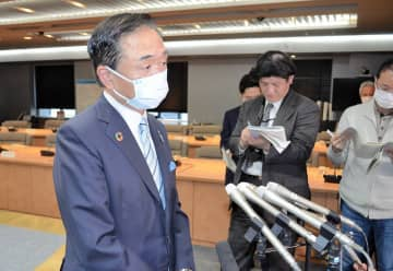 緊急事態宣言が出された場合の対応について語る黒岩祐治知事(左)=県庁