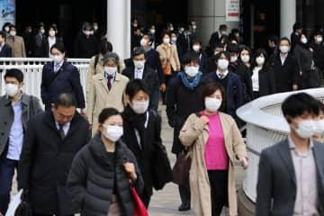 マスク姿で通勤する人たち=7日午前8時16分、東京・品川駅前