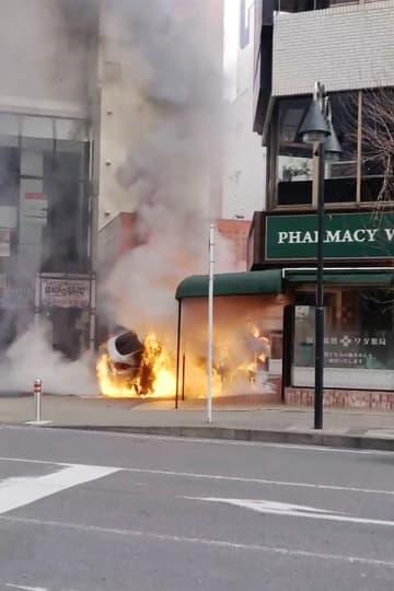 ポールに激突し炎上した乗用車=7日午前9時50分ごろ、厚木市中町2丁目