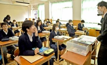 再開した学校で担任と笑顔で話す生徒ら。この後、再休校が決まった(6日午前9時46分、京都市中京区・西ノ京中)