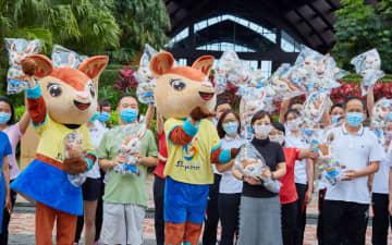 ABG組織委員会が湖北省から海南省に帰還した医療スタッフに248のマスコット・ヤヤの人形を贈呈