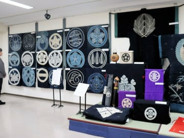 さまざまな家紋が描かれた婚礼道具の布団や油単などが並ぶ会場(福知山市内記・丹波生活衣館)