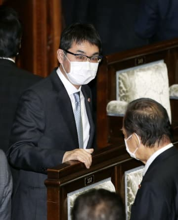 衆院本会議を終え、二階自民党幹事長(手前)と話す河井克行前法相=7日午後