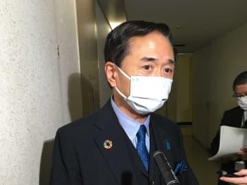 新型コロナウイルス特措法に基づく諮問委員会に出席後、取材に応じる黒岩知事=7日午前、東京都内