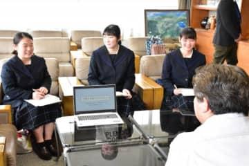 村岡市長に子育て支援策を提案した飯野高生ら