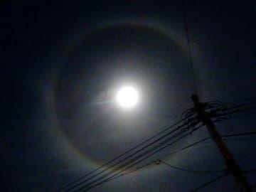 月の周りにできた光の輪「月暈」=6日午後9時48分、岡山市中区(河本篤信さん提供)