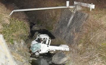 川に転落し、運転手の男性が死亡した事故の現場=3月2日、井原市美星町黒忠