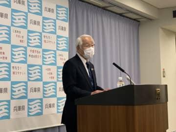 会見で説明する兵庫県の井戸敏三知事(写真:ラジオ関西)