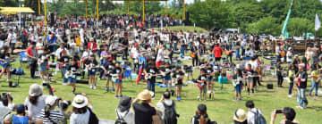 昨年6月1日に開かれた「1000人ロック」。前回はザ・ブルーハーツの曲を大人数で演奏した(2019年6月2日付けより)