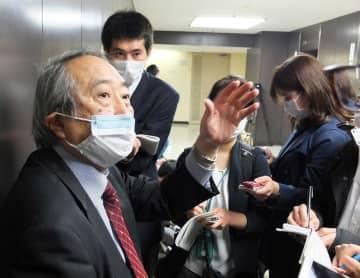 諮問委員会に出席後、報道陣の取材に応じる岡部氏=7日午前、東京都内