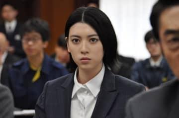 初めての刑事役に挑んだ三吉彩花 - 提供:テレビ朝日