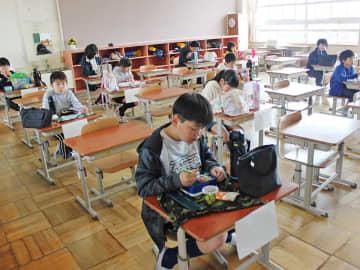 距離を置いて配置した机で弁当を食べる児童=7日午後0時8分、瑞穂市美江寺、中小学校
