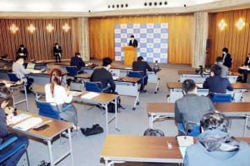 7日に行われた伊原木知事の記者会見。感染対策として従来より広い会場で記者との間隔を広げるなどの対策が取られた