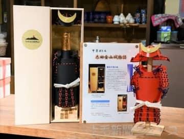 酒瓶に被せる甲冑型ボトルカバー付きの「太田金山城物語」