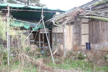 永瀬清子生家保存会が改修を目指す別棟(左奥)と離れ