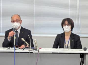 新たな感染者について、会見する阿南弥生子保健所長(右)ら