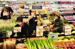 開店後30分間を高齢者や妊産婦ら向けの時間帯に設定したコープこうべの店舗=8日午前10時すぎ、神戸市東灘区住吉本町1(撮影・中西幸大)