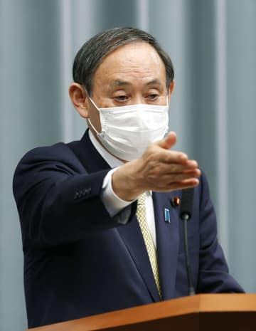 記者会見する菅官房長官=8日午前、首相官邸