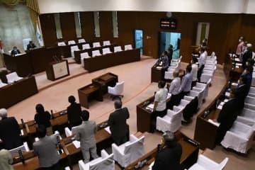 コロナウイルス対策を求める意見書を全会一致で可決した沖縄県のうるま市議会=8日午前