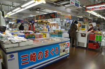 マスクをつけた買い物客の姿がまばらにみられる複合施設「うらり」=7日、三浦市三崎
