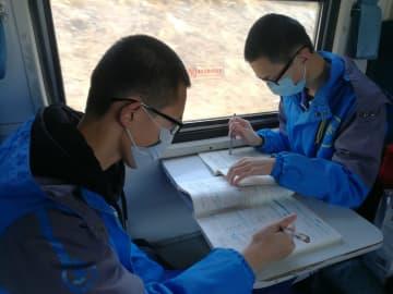 小興安嶺の生徒を見守る鈍行列車 黒竜江省