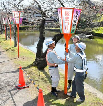 桜の季節を盛り上げるぼんぼりの設置が始まった=鶴岡市・鶴岡公園