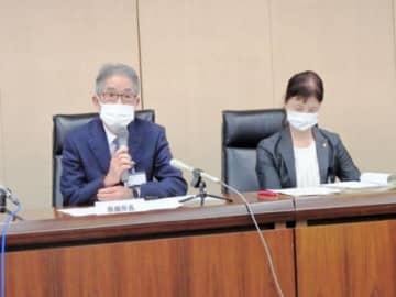 会見する中沢明紀茅ケ崎市保健所長(左)ら