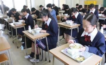 無言で給食を食べる中山中の生徒