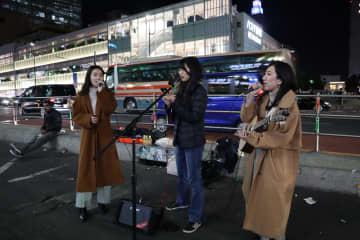 日本人女性が路上ライブ ウイルスとの闘いの応援ソングに日本語の歌詞付け