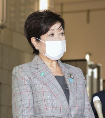 東京都庁で報道陣の取材に応じる小池百合子知事=8日午前
