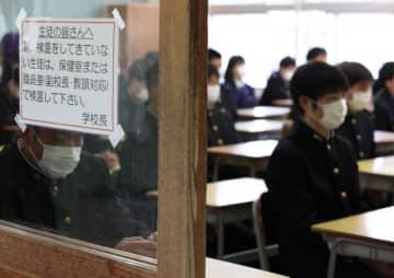 検温を呼び掛けるなど感染防止を徹底して行われた始業式=8日午前、宮崎市の宮崎工業高