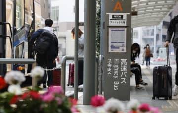 緊急事態宣言の対象地域となった福岡県から到着した高速バス。中には「コロナ疎開」と呼ばれる帰省者もいた=8日午後、宮崎市・JR宮崎駅