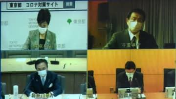 西村経済再生担当相と7都府県の知事とのテレビ会議に臨む黒岩知事(左下)=8日午前、県庁