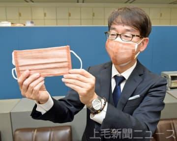 銅繊維シートを示す板橋教授