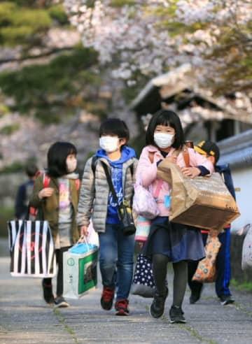 マスク姿で登校する児童たち=8日午前、佐伯市の佐伯小