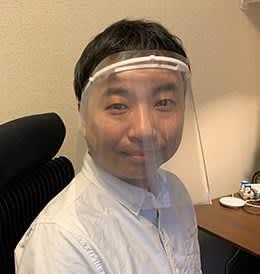 フェースシールドを装着した道用准教授(神奈川大提供)