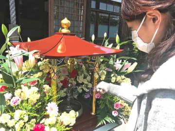 誕生物仏に甘茶をかけて、釈迦の誕生を祝った=横浜市南区