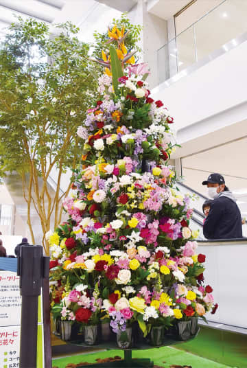 地元産の花々で仕上げた「フラワーツリー」(4月1日撮影)