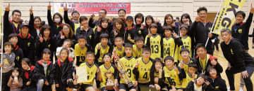 県大会で初優勝を飾り記念撮影をする選手とチーム関係者