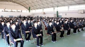 入学式に臨む山陽学園中・高の新入生
