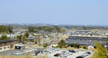 避難指示の解除から1年を迎える、町役場(右下)が置かれた福島県大熊町の大川原地区=9日午後