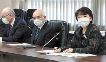 対策本部の初会合で指示する郡市長(右)