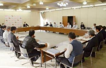 感染予防策などを話し合った赤磐市の新型コロナウイルス対策本部会議=8日