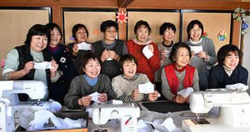 高畠町内の小中学生と教師に布製マスクを手作りする地域の母ちゃんたち=同町・和楽茶の間